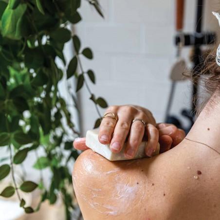Application Savon sur peau du corps